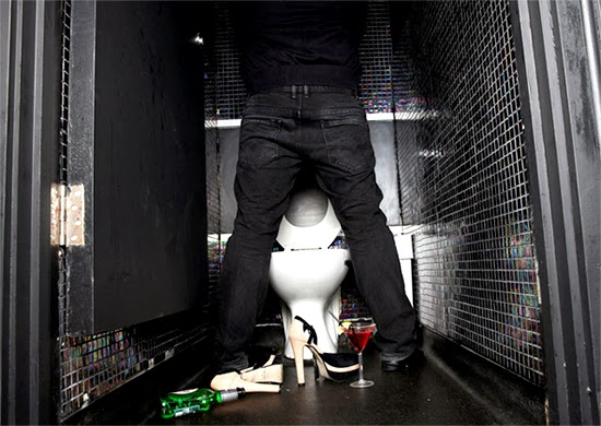 nightclub-toilet-documentar
