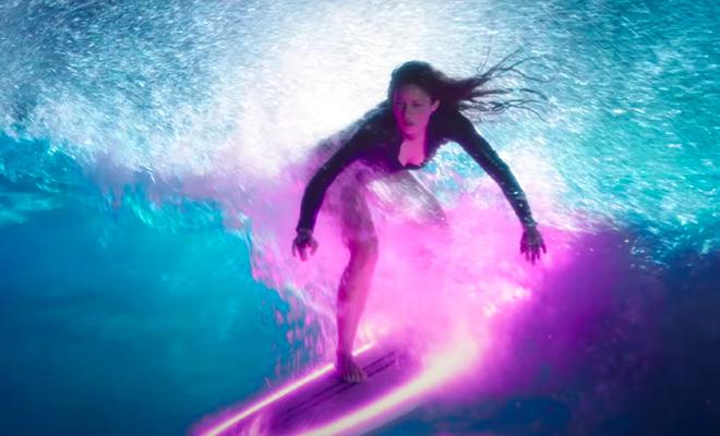 Shakira surfing